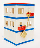 Casa com um fechamento e uma chave do brinquedo Imagens de Stock
