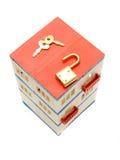 Casa com um fechamento e uma chave do brinquedo Imagens de Stock Royalty Free