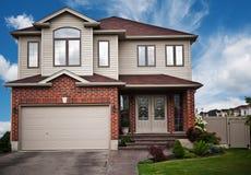 Casa com um gramado Foto de Stock Royalty Free
