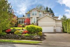 Casa com um jardim ajardinado Manicured do Frontyard Foto de Stock Royalty Free