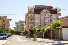 Casa com uma plataforma da visão na vila de Ravda em Bulgária Fotos de Stock Royalty Free