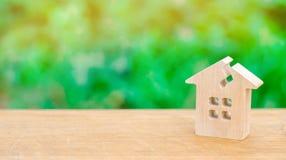 Casa com uma quebra Casa danificada devido à idade avançada ou à catástrofe natural Reparo e renovação da construção e da proprie fotos de stock