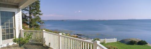 Casa com uma vista do porto principal Spruce fotos de stock royalty free