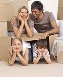 Casa commovente della famiglia che gioca con le caselle Fotografie Stock