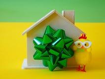 Casa como juguete del regalo, de la cinta y del pollo imagen de archivo