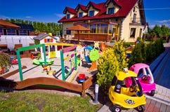 Casa con children' área de juego de s Imágenes de archivo libres de regalías