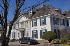 Casa con el apartadero blanco Imagen de archivo libre de regalías
