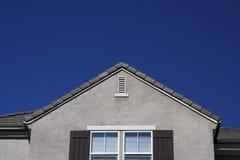 Casa con el cielo azul Imagenes de archivo