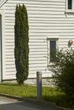 Casa con el ciprés afuera Fotos de archivo libres de regalías