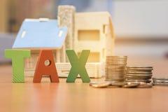 Casa con el dinero y el impuesto Fotografía de archivo libre de regalías