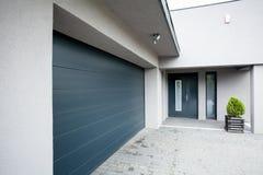 Casa con el garaje Foto de archivo libre de regalías