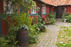 Casa con el jardín Fotos de archivo