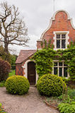 Casa con el jardín Fotografía de archivo libre de regalías