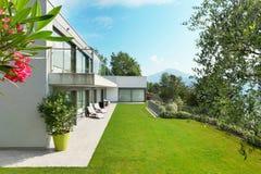 Casa con el jardín imagen de archivo