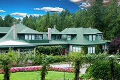 Casa con el jardín de flor Imagen de archivo