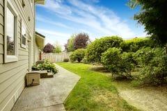 Casa con el jardín del patio trasero Propiedades inmobiliarias de la manera federal, WA imagen de archivo libre de regalías