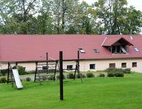 Casa con el patio Fotos de archivo libres de regalías