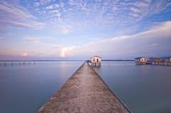 Casa con el puente en el lago imagenes de archivo