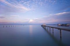 Casa con el puente en el lago fotografía de archivo