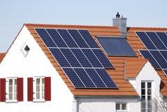 Casa con el sistema de energía regenerador Imágenes de archivo libres de regalías