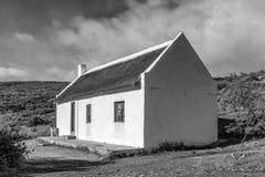 Casa con el tejado de lámina en Matjiesrivier en el Cederberg monocromático fotografía de archivo libre de regalías