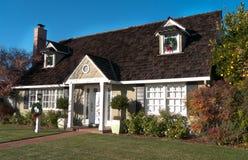 Casa con el tejado de madera y dos ventanas del ático Foto de archivo libre de regalías