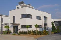 Casa con el tejado plano fotografía de archivo