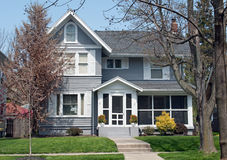 Casa con Gray Wood Siding Imágenes de archivo libres de regalías