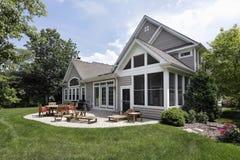 Casa con il patio del mattone fotografie stock