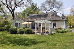 Casa con il pergola del cortile posteriore Fotografie Stock
