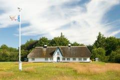 Casa con la azotea cubierta con paja Imagenes de archivo