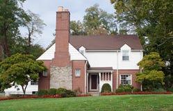 Casa con la chimenea grande de la chimenea Fotos de archivo