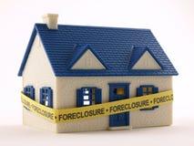 Casa con la cinta de la ejecución de una hipoteca Imagenes de archivo