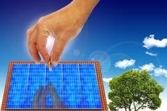 Casa con la energía solar para hacer el dinero Imagenes de archivo
