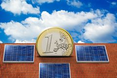Casa con la energía solar para hacer el dinero Fotografía de archivo libre de regalías