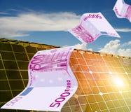 Casa con la energía solar para hacer el dinero Foto de archivo