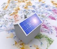 Casa con la energía solar para hacer el dinero Fotos de archivo libres de regalías