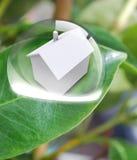 Casa con la energía solar para hacer el dinero Foto de archivo libre de regalías