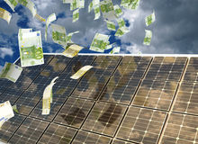 Casa con la energía solar para hacer el dinero Imágenes de archivo libres de regalías