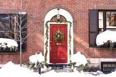 Casa con la guirnalda de la Navidad en puerta principal en el área de Beacon Hill imágenes de archivo libres de regalías