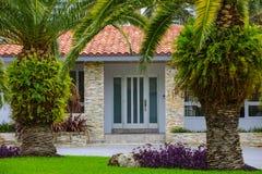 Casa con la mansión exclusiva de las palmeras Fotos de archivo libres de regalías