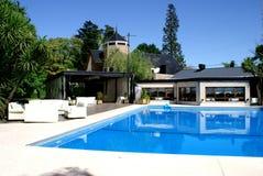 Casa con la piscina Fotos de archivo libres de regalías