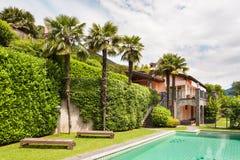 Casa con la piscina Foto de archivo