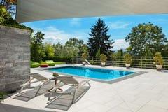 Casa con la piscina imágenes de archivo libres de regalías