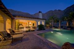 Casa con la piscina en patio trasero en la oscuridad Fotografía de archivo