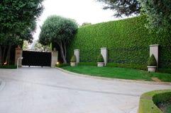 Casa con la trayectoria del frontyard y del jardín Foto de archivo libre de regalías
