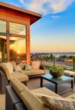 Casa con la vista esterna di tramonto e del patio Immagini Stock Libere da Diritti