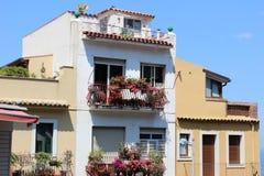Casa con las flores en los balcones Imagen de archivo libre de regalías