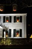 Casa con las guirnaldas de la Navidad Imagenes de archivo