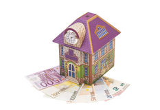 Casa con las notas euro Fotos de archivo libres de regalías